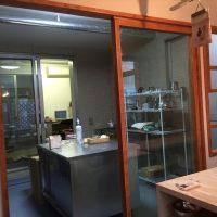 厨房の様子。框戸にはアクリル板を使用しているのでとても軽く、少々では割れない。