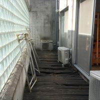 施工前~室外機も傾き、空調機の効率への影響も懸念されていた。