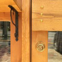 ゴールドの鍵・鋲と鋳物のブラケット。どちらも木部の色によく映えている。