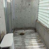解体後~ウッドデッキを撤去し、土間を綺麗に掃除したうえでタイルデッキの設置を開始。