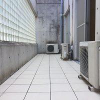 室外機の高さが高くなるので、架台をカットし調整することで冷媒配管が窮屈にならない様に施工。