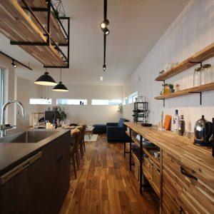 白い壁に映える重厚なデザインのアイランドキッチン